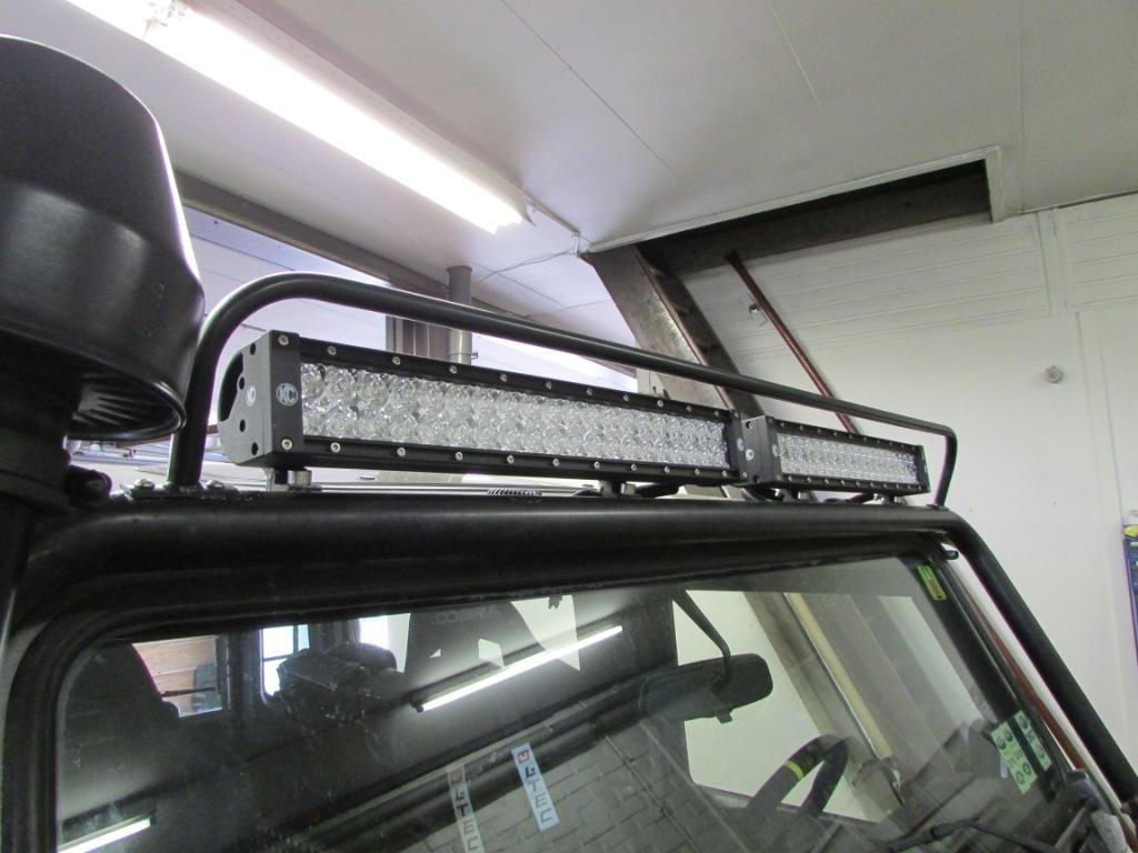 KC Hilites LED bar gemonteerd op een Defender
