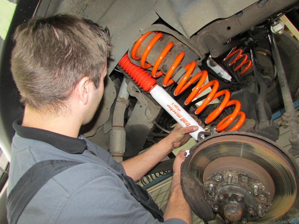 Montage veersysteem op een Toyota Landcruiser HDJ80