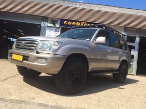 Toyota Landcruiser 100 Rhino Rack roofrack stalen velgen Toyo modderbanden ARB koelkast National Luna accuscheiding
