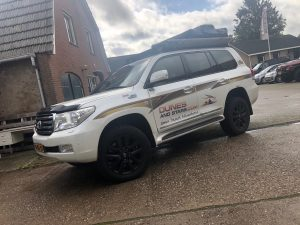 Toyota landcruiser 200 OME BP-51 veersysteem all terrain banden frontrunner roofrack daktent en luifel ARB safari snorkel en accusysteem